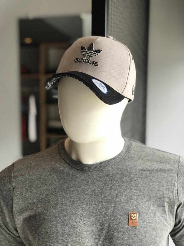 Boné Adidas cinza