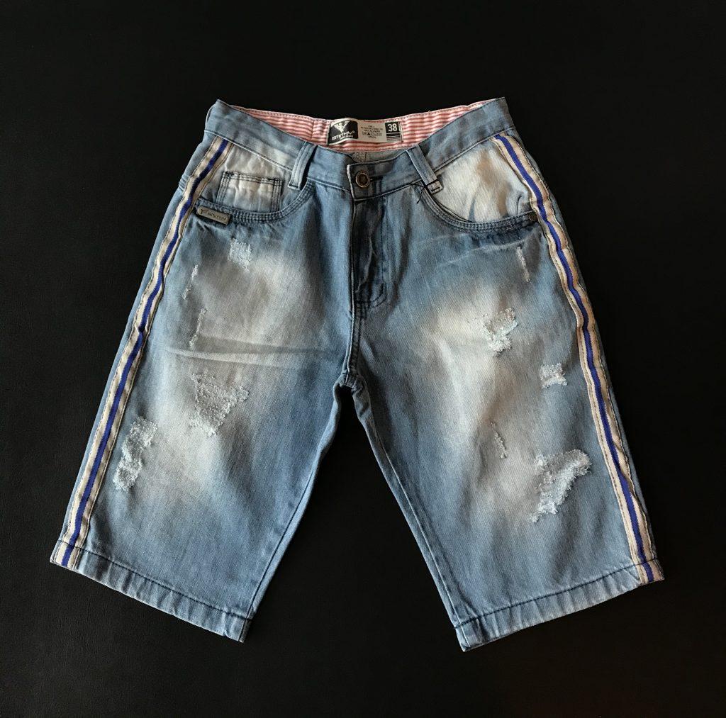 Bermuda jeans claro com faixa lateral
