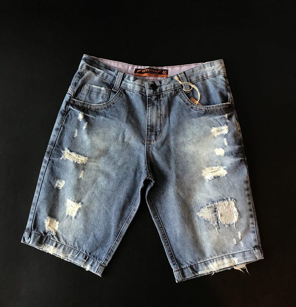 Bermuda jeans com detalhes destroyed