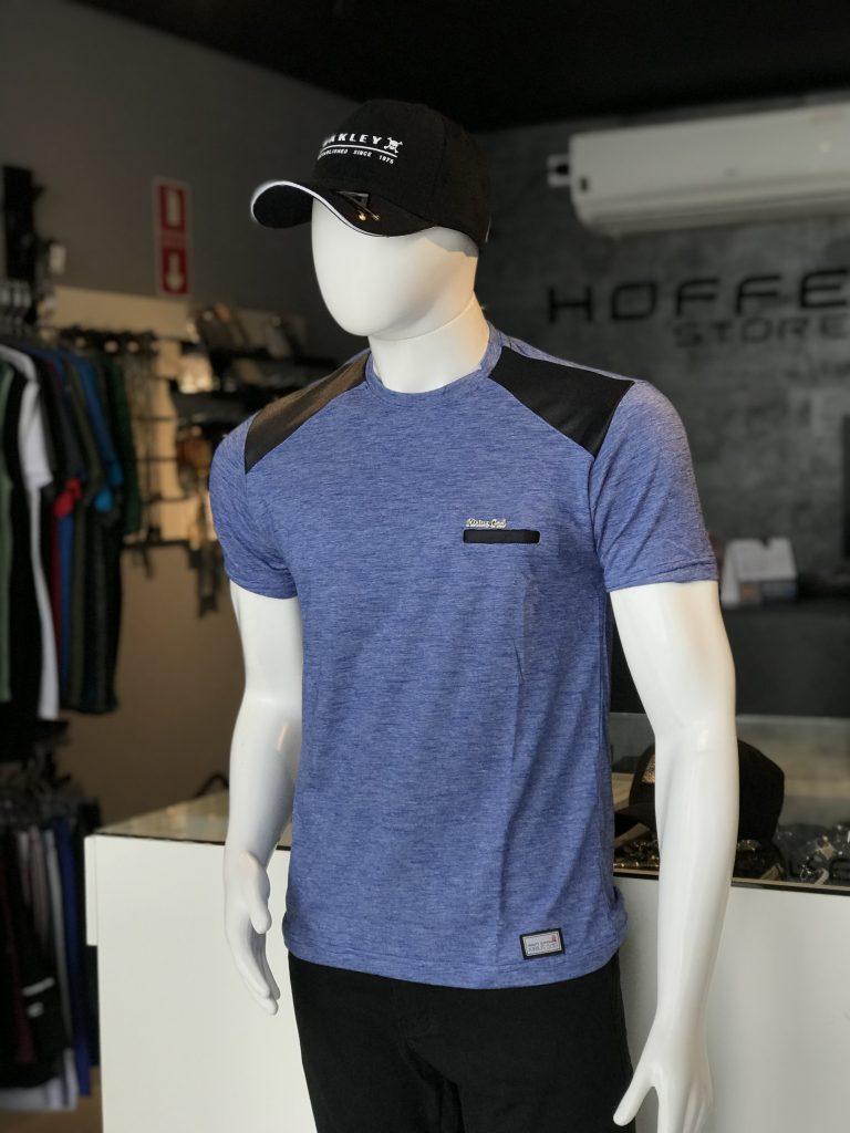 Camisa azul com detalhes no ombro