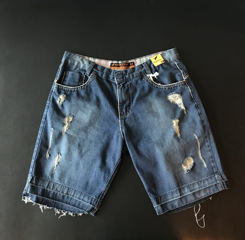 Bermuda jeans destroyed e desfiada
