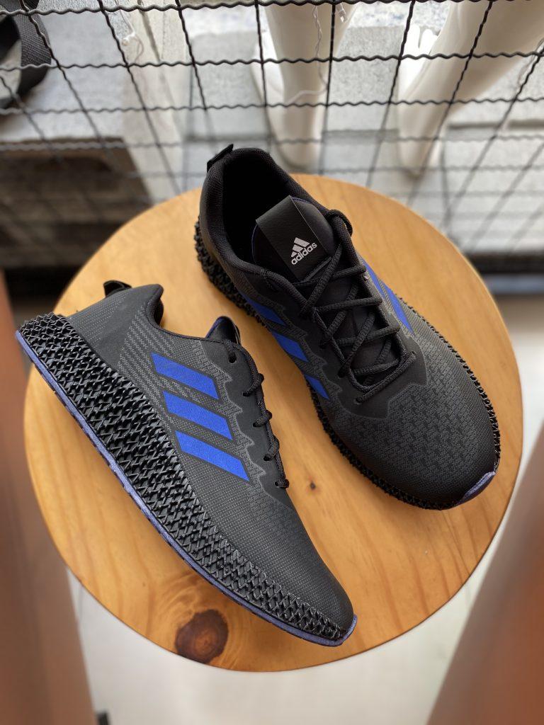 Tênis preto com azul