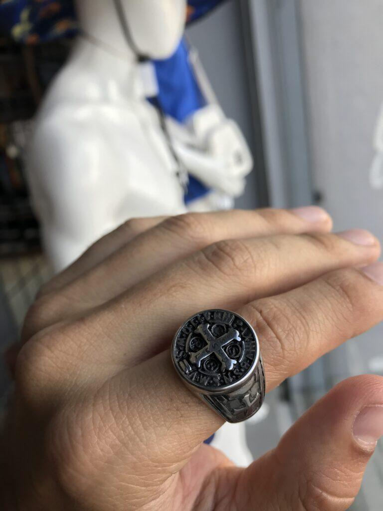 Anel São Bento com detalhes na lateral em aço inoxidável prata