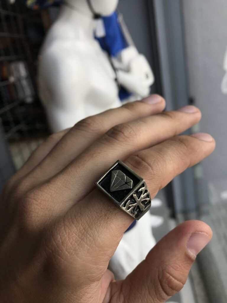 Anel diamante com detalhes na lateral em aço inoxidável prata