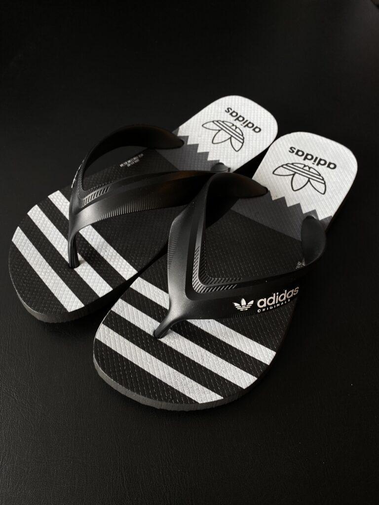 Sandália Adidas preta, branca e cinza